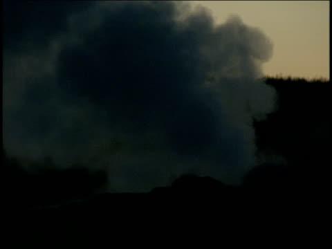 a geyser erupts at night. - 水の形態点の映像素材/bロール