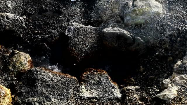 vídeos de stock, filmes e b-roll de geiser islândia erupção - islândia central