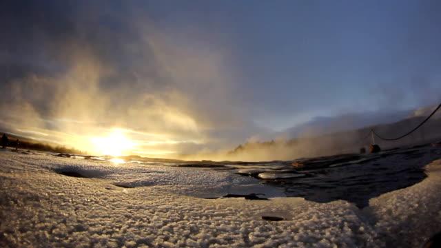 vídeos de stock e filmes b-roll de géiser na islândia - áudio disponível online