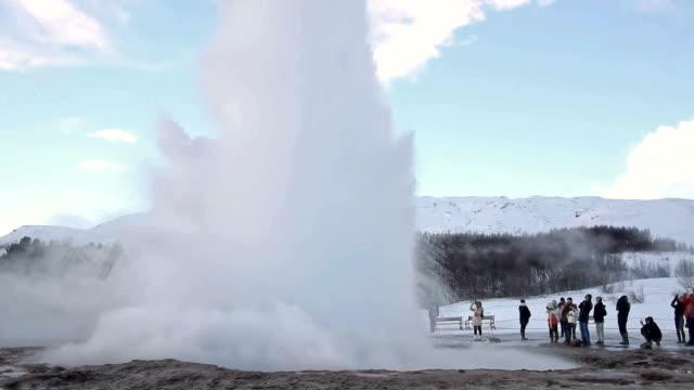vídeos y material grabado en eventos de stock de geyser in iceland - géiser