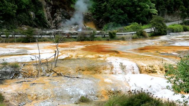 vidéos et rushes de geyser dans le parc géothermal de waimangu, nouvelle-zélande - vallée