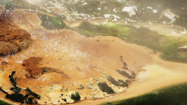 vidéos et rushes de ralenti: geyser - vallée