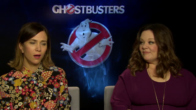 vídeos de stock, filmes e b-roll de ghostbusters' kristen wiig and melissa mccarthy explain how surprised they were that they actually finished the film because the set was just so fun.... - barbra streisand