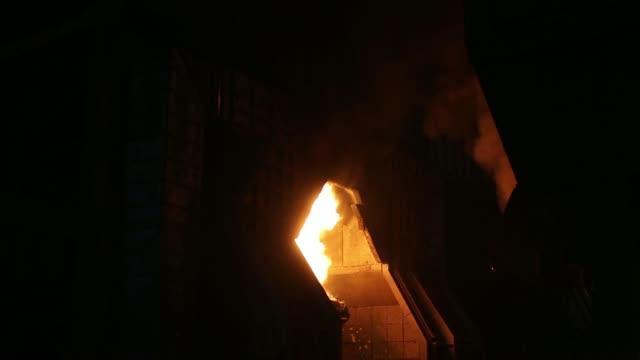 a giant cauldron is moved across the alchevsk iron steel works pjsc metallurgical plant also known as alchevskiy metalurgiyniy kombinat in alchevsk... - hochziehen stock-videos und b-roll-filmmaterial