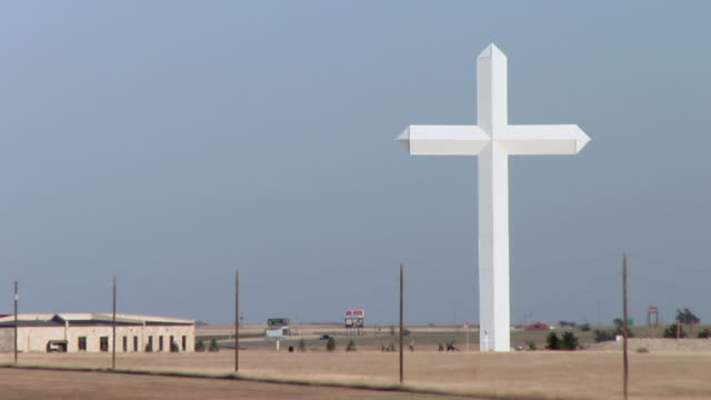 vidéos et rushes de ws, giant cross near interstate 40, truck passing in foreground, groom, texas, usa - croix religieuse
