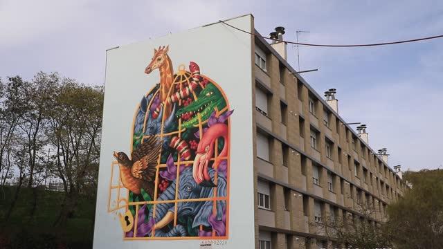 vidéos et rushes de giant fresco on the facade of a social housing building in the 'bernard de jussieu' district represents animals from noah's ark on november 7 in... - hlm