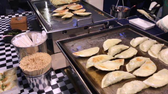 巨大な揚げ餃子、明洞ストリート食品、ソウル、韓国です。 - 韓国文化点の映像素材/bロール