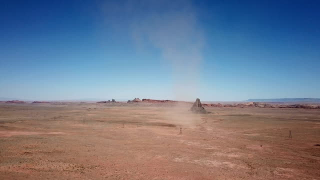 vídeos y material grabado en eventos de stock de embudo gigante de polvo azotado viento en desierto de arizona - southwest usa