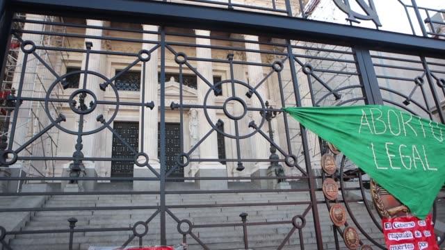 vídeos y material grabado en eventos de stock de giant green scarf symbolizing the fight for legal abortion hangs from the bars of the national congress on september 28, 2020 in buenos aires,... - ambientación
