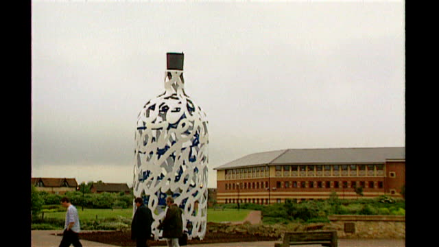 stockvideo's en b-roll-footage met giant moving sculptures of water horses to grace scottish countryside t26010752 middlesbrough middlesbrough institute of modern art ext 'bottle of... - tyne and wear