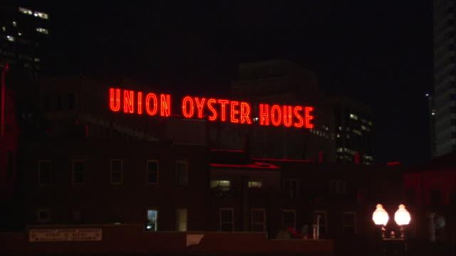 ws giant neon sign on union oyster house illuminated at night / boston, massachusetts, usa - ziegelmauer stock-videos und b-roll-filmmaterial