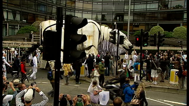 vidéos et rushes de london westminster ext greenpeace protesters gathered in victoria embankment gardens listening to speaker / various of huge polar bear puppet led... - dancing bear