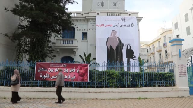 vidéos et rushes de giant poster depicting a cartoon of saudi crown prince mohammed bin salman holding a chainsaw hanging at the headquarters of national syndicate of... - poste