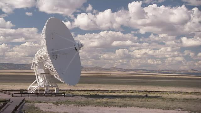 vídeos y material grabado en eventos de stock de a giant satellite dish located in the desert performs astronomy research.\n - antena parabólica