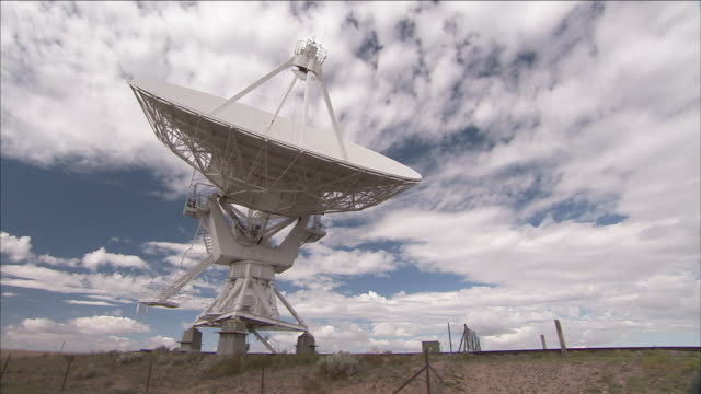 vídeos y material grabado en eventos de stock de a giant satellite dish slowly rotates as it performs astronomy research. - antena parabólica