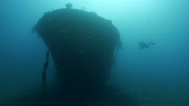 giant ship bow view of undersea wreck in taiwan - underwater diving stock videos & royalty-free footage