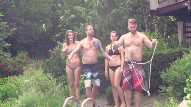 vidéos et rushes de bulles de savon young adult pool party géante l'été extérieur bbq - goûter
