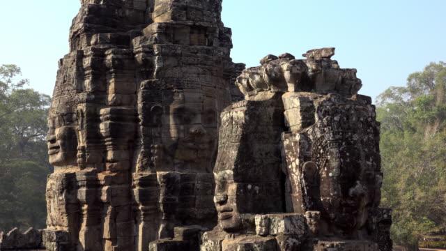 vídeos de stock e filmes b-roll de giant stone face tower of bayon temple - figura masculina