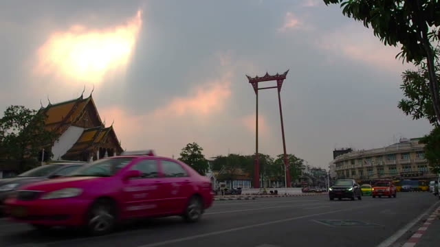 vídeos de stock e filmes b-roll de balouço gigante (são ching chá) ao pôr do sol. - equipamento de parque infantil