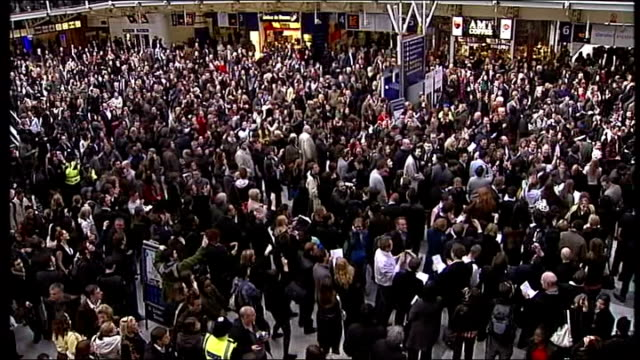 warning issued for future mass gatherings tx 1142008 liverpool street station int crowds of rush hour commuters gathered on concourse of train... - kopfkissen stock-videos und b-roll-filmmaterial