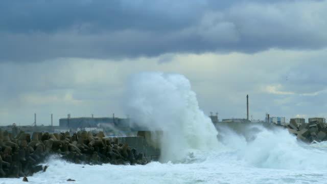 vídeos de stock, filmes e b-roll de ondas gigantes que quebram no breakwater da entrada portuária - quebra mar