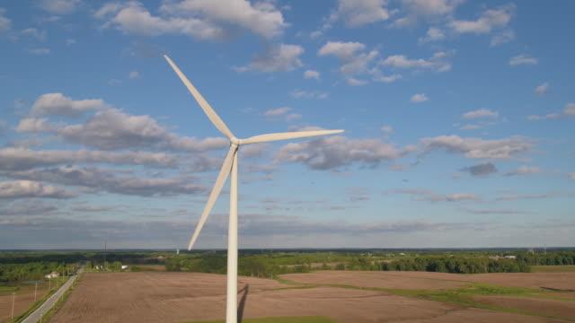 vídeos de stock, filmes e b-roll de giant wind turbine turning on sunny day - illinois