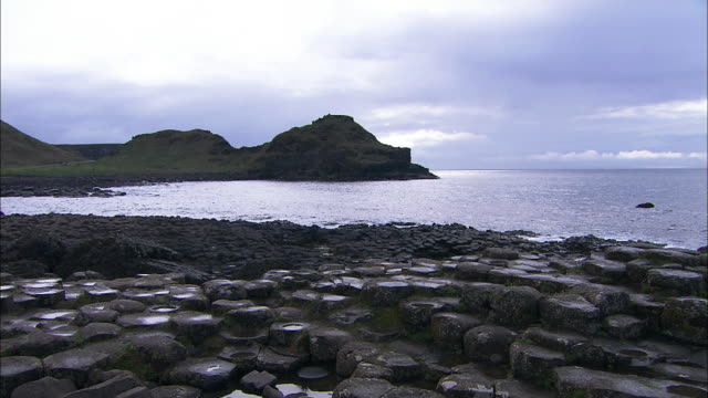 giant's causeway bay and sea, northern ireland - bay of water stock-videos und b-roll-filmmaterial