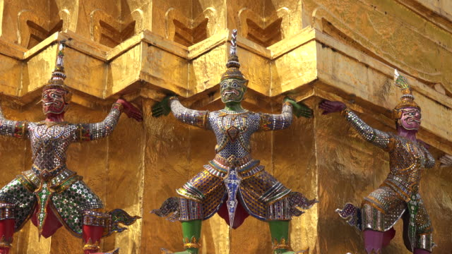 giants protect the temple of the emerald buddha at wat phra kaew in the grand palace complex in bangkok, thailand - anthropomorph stock-videos und b-roll-filmmaterial