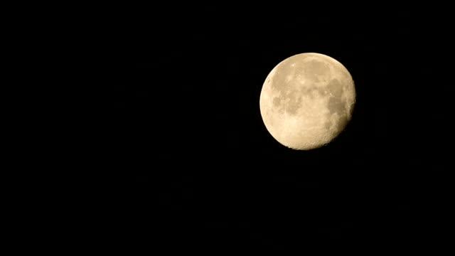vidéos et rushes de lune gibbeuse mis lentement ciel nocturne - hd format
