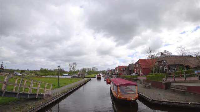 vidéos et rushes de maison de village de giethoorn traditionnel - canal eau vive