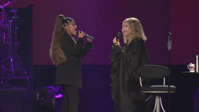 vídeos de stock e filmes b-roll de barbra streisand and ariana grande perform together at united center on august 06 2019 in chicago illinois - ariana grande