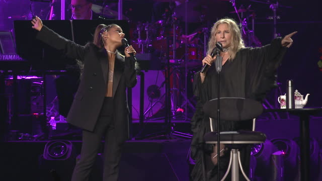 stockvideo's en b-roll-footage met barbra streisand and ariana grande perform together at united center on august 06, 2019 in chicago, illinois - barbra streisand
