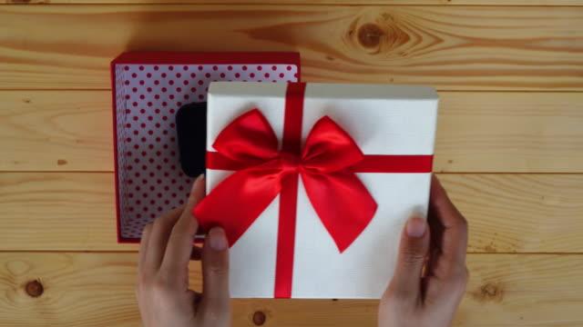vídeos de stock, filmes e b-roll de abertura de caixa de presente - caixa de presentes
