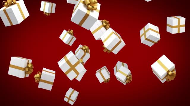 vidéos et rushes de les coffrets-cadeaux sont tomber sur fond rouge - grand groupe d'objets