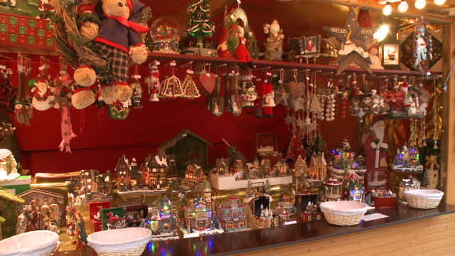 vídeos de stock e filmes b-roll de ms  gift shop at  christmas market  / strasbourg, alsace, france                                       - estrasburgo