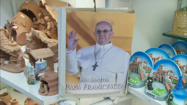 gift shop sells that pope francis memorabilia is seen. - ローマ法王専用車点の映像素材/bロール