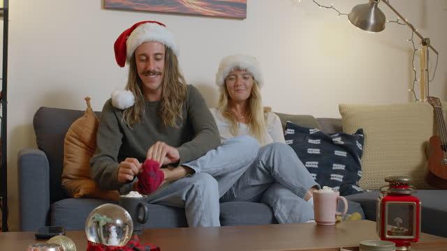 stockvideo's en b-roll-footage met cadeau sokken - cadeau