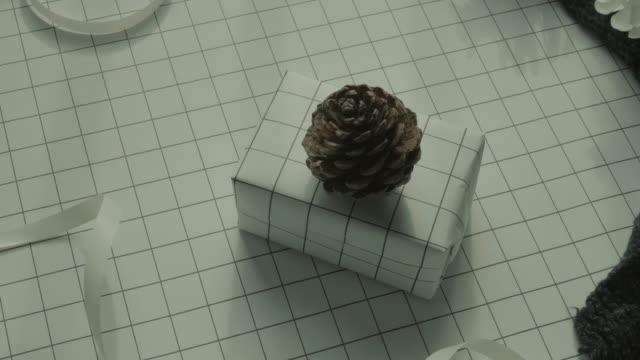 vídeos y material grabado en eventos de stock de regalo, regalo de invierno en fondo blanco. bolsa plana endecha, video - pinaceae