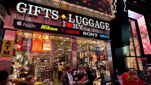 gifts and luggage. i love ny store. new york small store for tourists, buying gifts for family. tourism. advertisement - plakatwand stock-videos und b-roll-filmmaterial