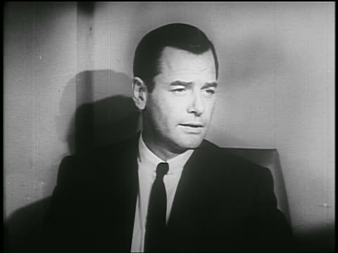 gig young talking to someone off screen / psa - einzelner mann über 30 stock-videos und b-roll-filmmaterial