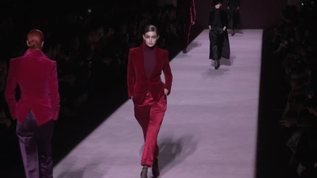vídeos de stock, filmes e b-roll de gigi hadid and models on the runway fo the tom ford ready to wear fall winter 2019 fashion show in new york city new york city ny usa on wednesday... - tom ford