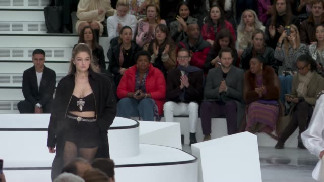 vídeos de stock e filmes b-roll de ruwnay gigi hadid at paris fashion week womenswear fall/winter 2020/2021 chanel at fall/winter 2020/2021 on march 03 2020 in paris france - chanel