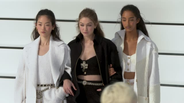 slomo runway gigi hadid at paris fashion week womenswear fall/winter 2020/2021 chanel at fall/winter 2020/2021 on march 03 2020 in paris france - modenschau stock-videos und b-roll-filmmaterial