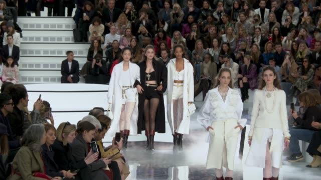 vídeos de stock e filmes b-roll de slomo runway gigi hadid at paris fashion week womenswear fall/winter 2020/2021 chanel at fall/winter 2020/2021 on march 03 2020 in paris france - chanel