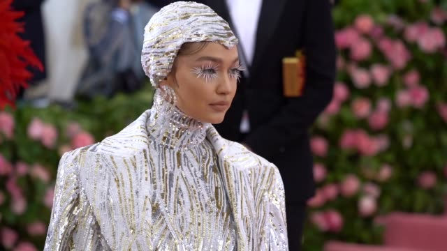 vídeos de stock e filmes b-roll de gigi hadid at the 2019 met gala celebrating camp: notes on fashion - arrivals at metropolitan museum of art on may 06, 2019 in new york city. - gala