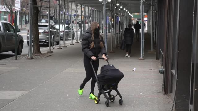 gigi hadid is seen in chelsea on january 11, 2021 in new york city. - ジジ・ハディッド点の映像素材/bロール
