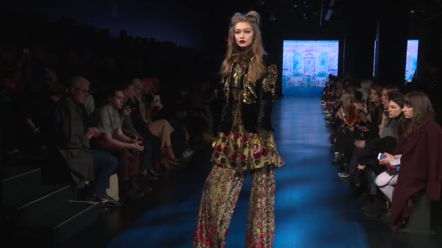 vídeos de stock e filmes b-roll de gigi hadid walks the runway at anna sui february 2017 new york fashion week at skylight clarkson sq on february 15 2017 in new york city - desfile de moda