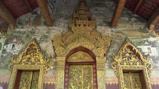 td / gilded door to wat pa phai monastery - 金箔点の映像素材/bロール