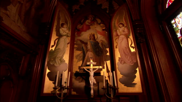 gilded panels depitcting angels decorate king ludwig ii's private chapel at neuschwanstein castle. available in hd. - 金箔点の映像素材/bロール