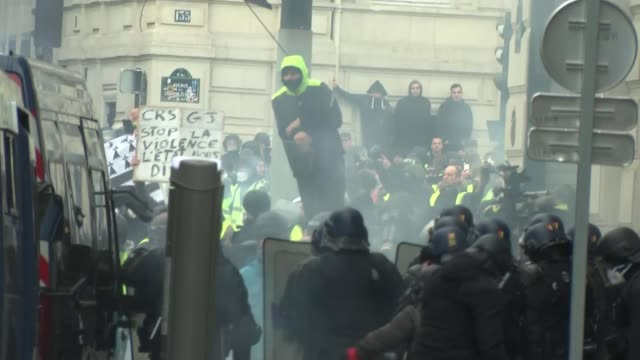 vídeos de stock, filmes e b-roll de over a thousand arrested as riots continue france paris reporter to camera - vest